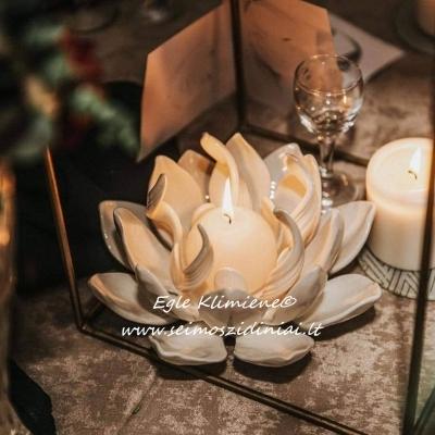 Šeimos židinys Lotosas II su degančia žvakele