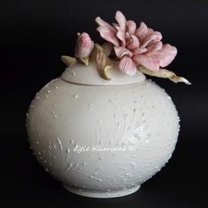 Keramikinė vaza su rožiniu gėlės žiedu