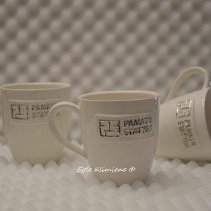 Trys puodeliai su verslo užrašais