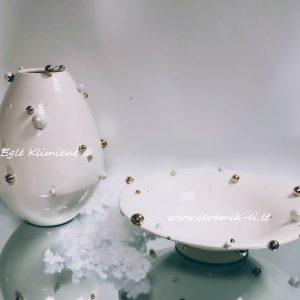 Keramikinė vaza su auksiniais bumbulais