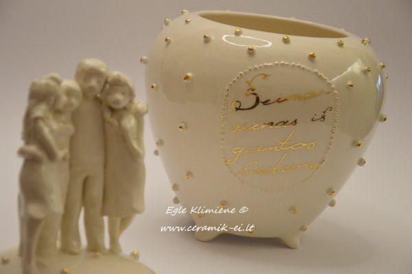 keraminė vaza su figūrėlėmis